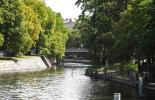 Ein idyllisches Bild vom Landwehrkanal - mit Brücke