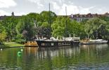Ein Restaurantschiff auf dem Landwehrkanal