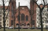 Kirche mit Transparent: Passion