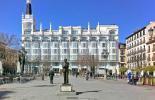Statue des Gabriel Garcia Lorca vor einem Palazzo