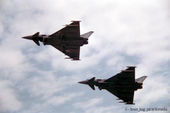 zwei Eurofighter von unten