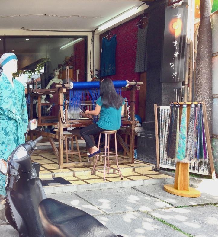 Frau in Bali am Webstuhl