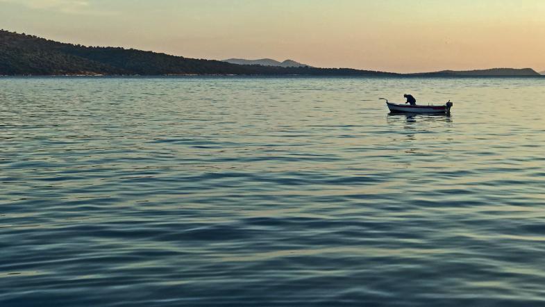 Einsamer Angler auf dem Wasser