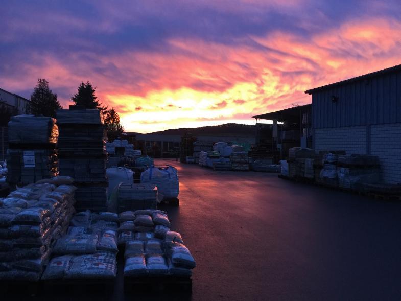 Dramatischer Himmel überm Baumarkt in Heringen