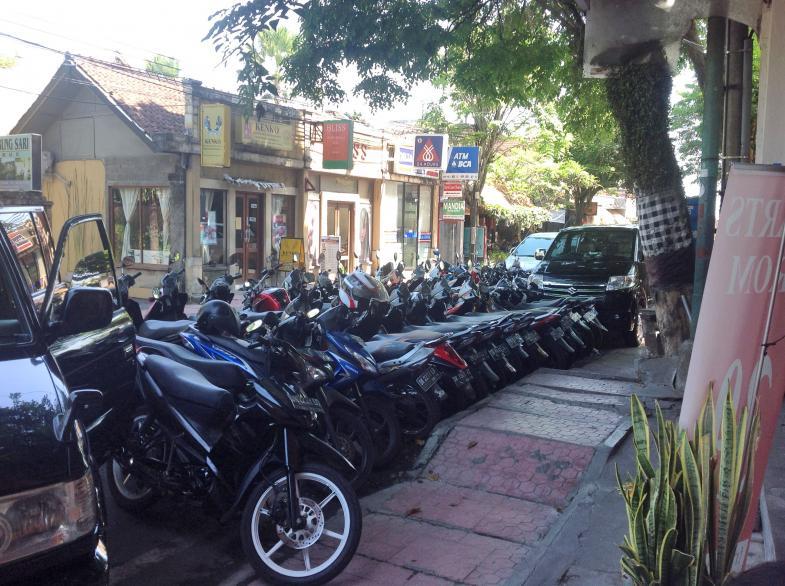 Viele Motorroller hintereinander