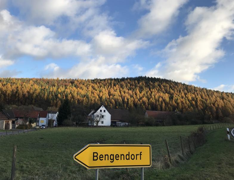Wie die Sonne einen Hügel bei Bengendorf bemalt