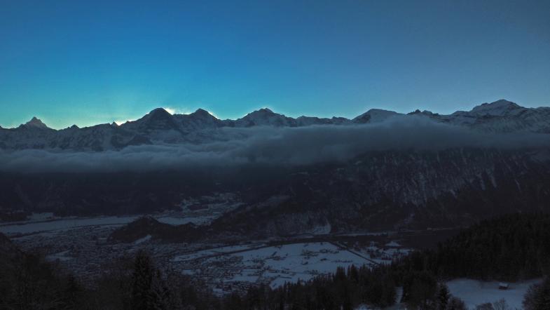Sonnenaufgang hinter Bergen