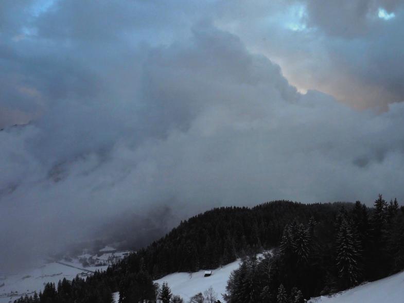 Wolken Geschiebe über Thuner See