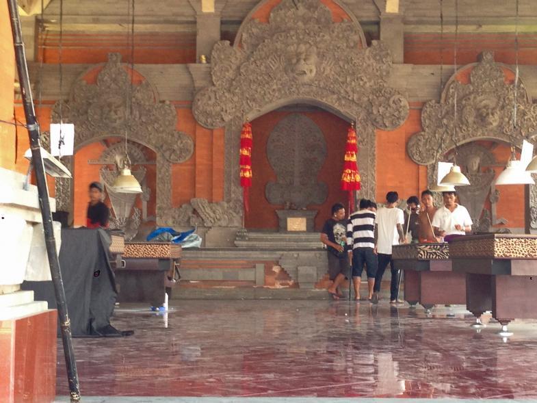 Ein Billiardsaal in einem Tempelgebäude