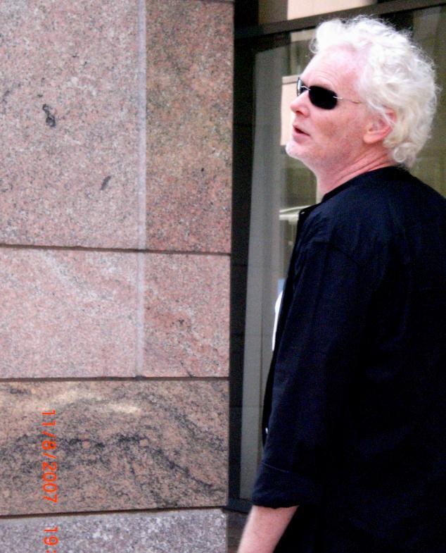 Mann mit Matrix-Sonnenbrille
