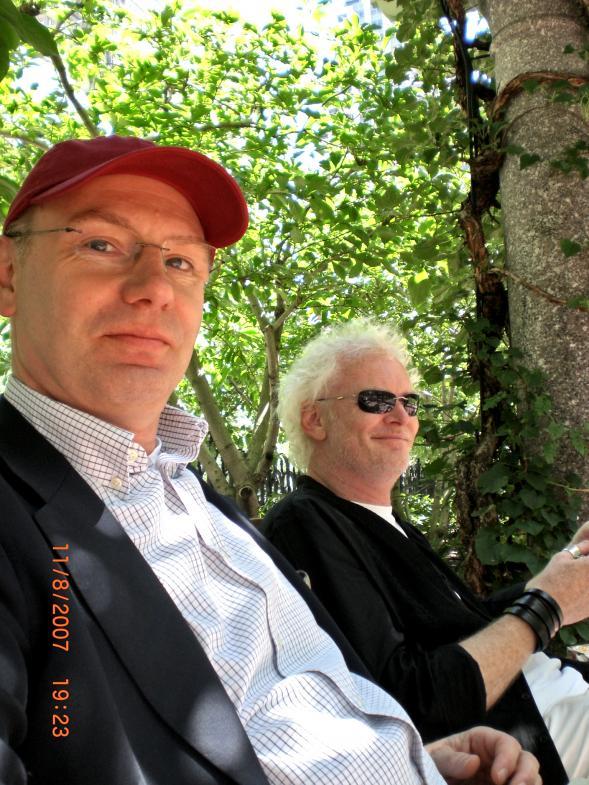 Zwei Herren auf einer Parkbank