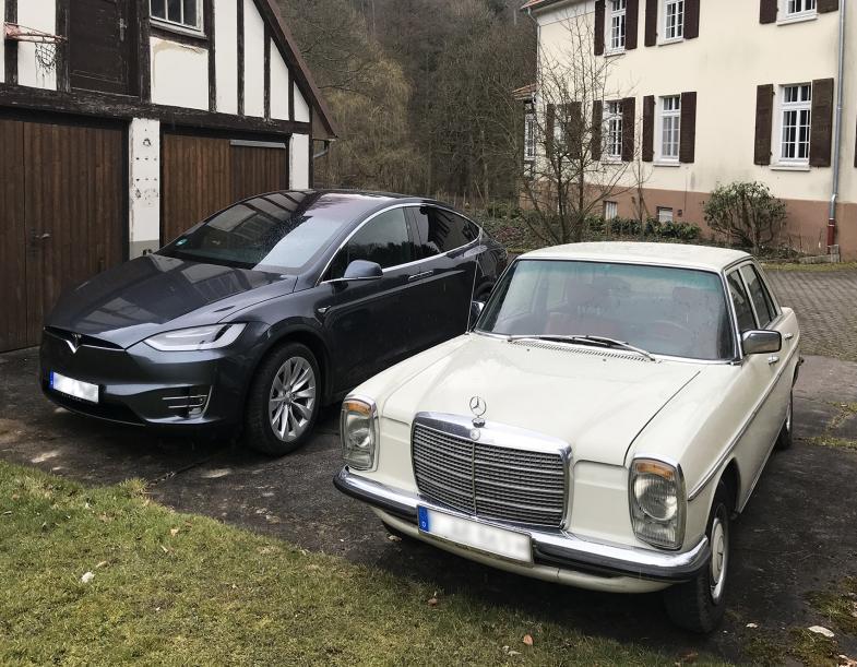 Ein Tesla und ein Mercedes