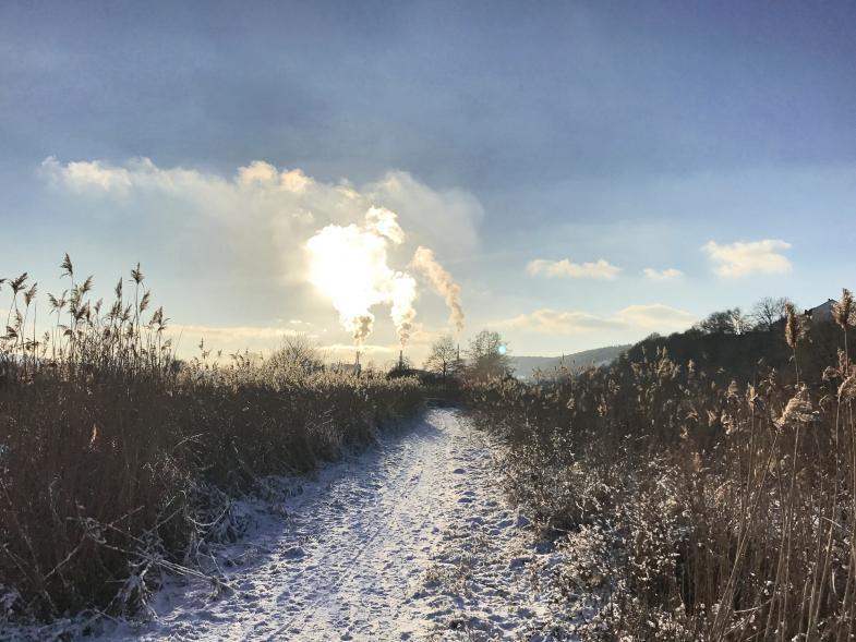 Die Sonne irisiert in der Rauchfahne