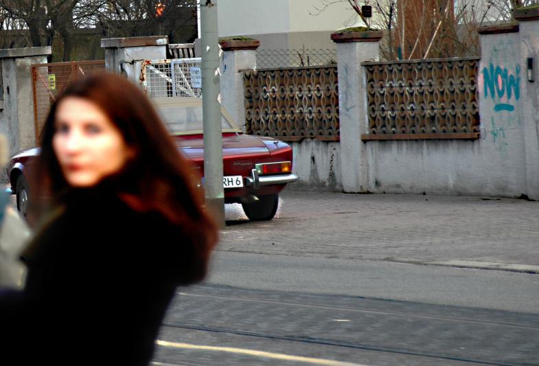 Frau vor Auto und Graffiti