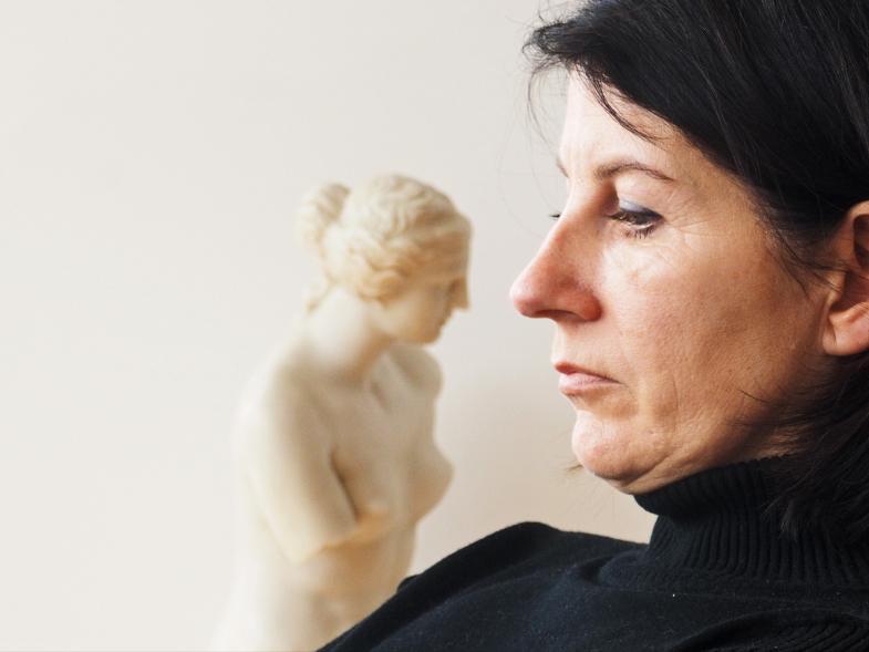 Die Frau und die Statue