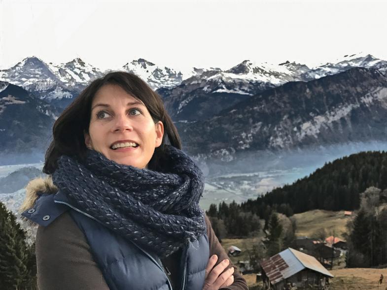 Frau vor Panorama