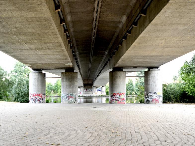 Autobahnbrücke, von unten