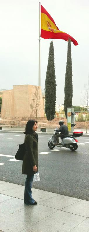 Sigrid Stinnes vor der riesigen spanischen Fahne