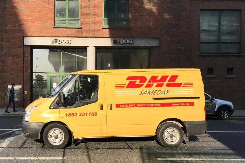 DHL-Auto vor Post-Filiale