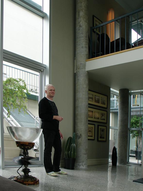 Mann vor Fenstern stehend