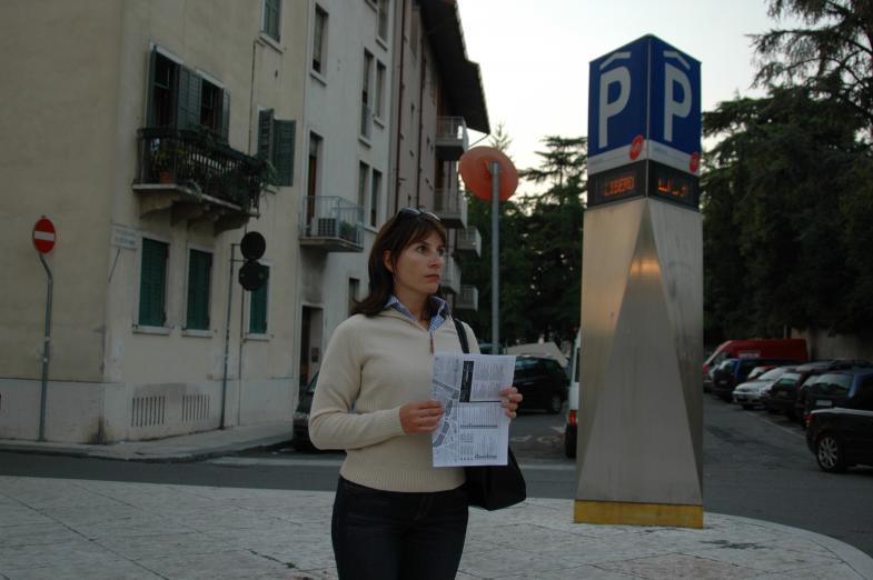 Frau mit Stadtplan, offenbar lost