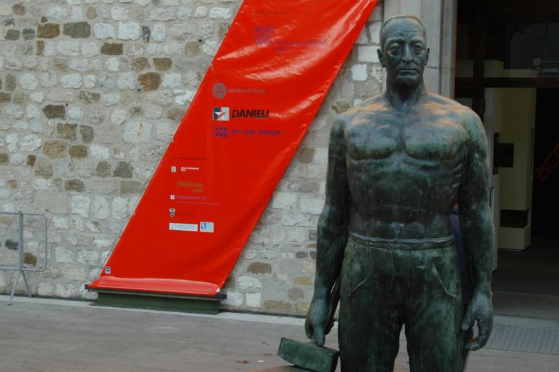 Statue vor Ausstellungsplakat