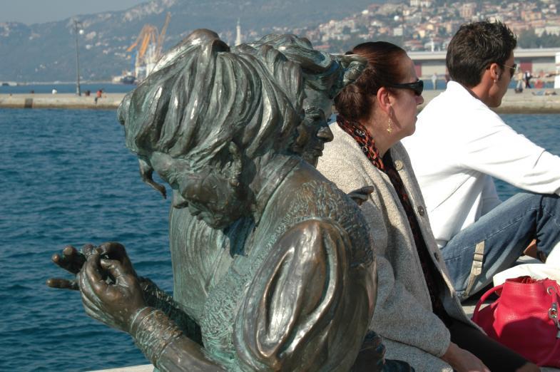 zwei personen hinter bronze-Statur