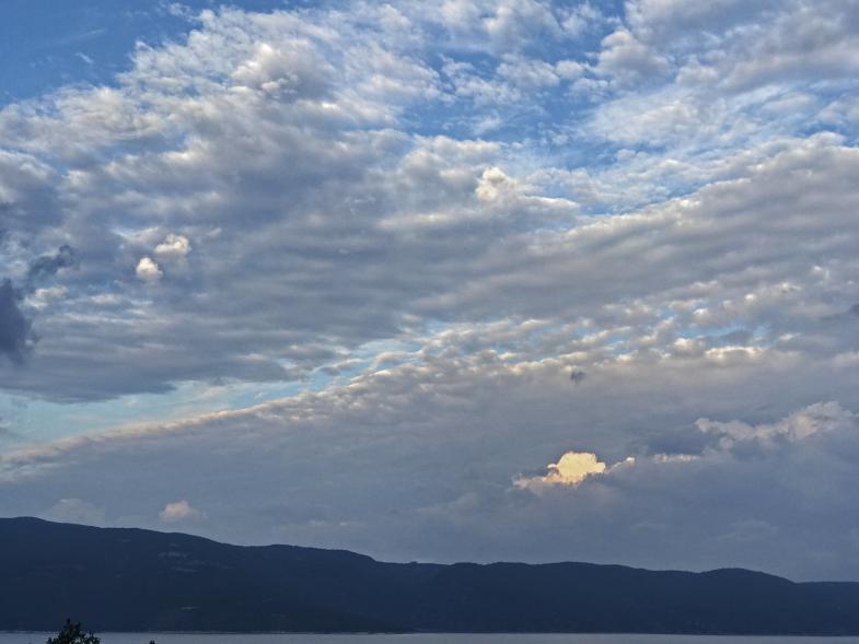 Ein Sonnenloch in den Wolken