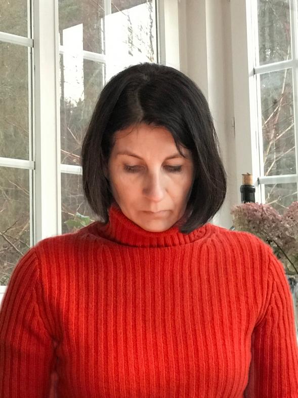 Frau mit orangenem Pullover