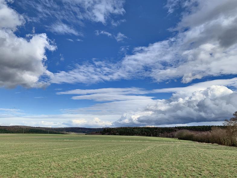 Wolken über Land