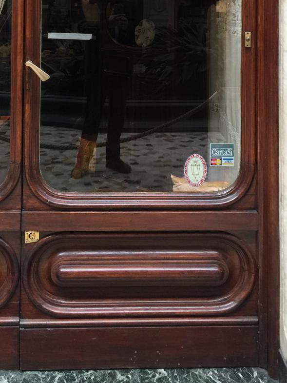 Eine alte Tür in einer Passage in Turin