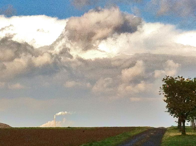 Plattes Land mit Kraftwerk und Rauchfahne