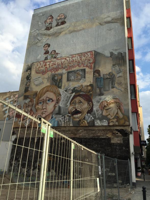 Eine Fassadenbemalung in Berlin mit Marx und Engels