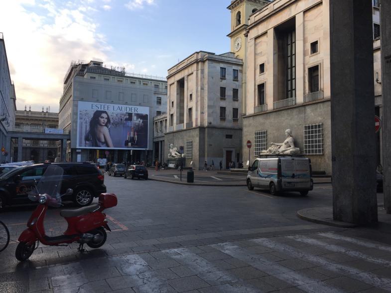 Werbeplakat vor Statuen