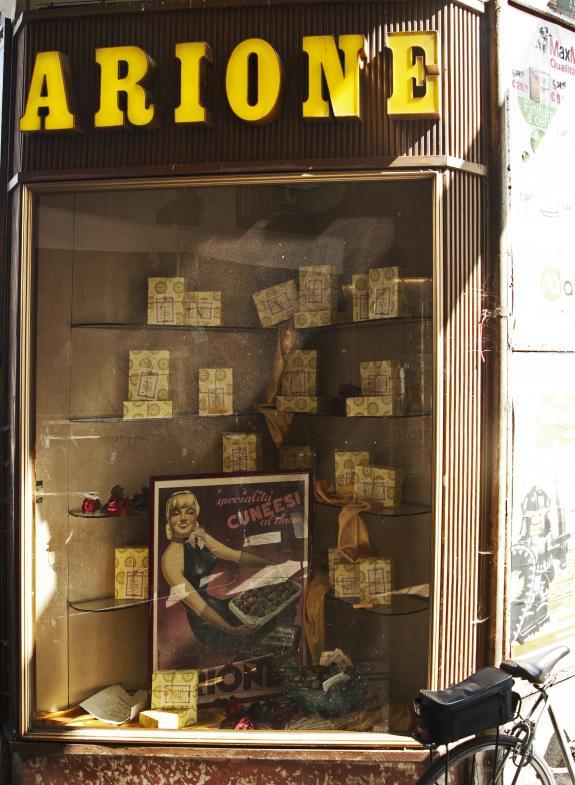 Schaufenster des Cafe Arione