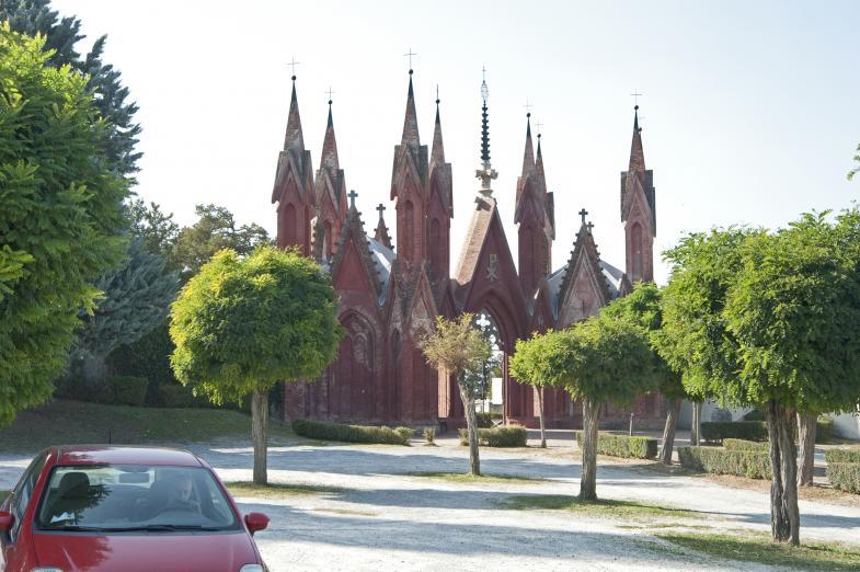 Eine Kirche am Friedhof von Dogliani