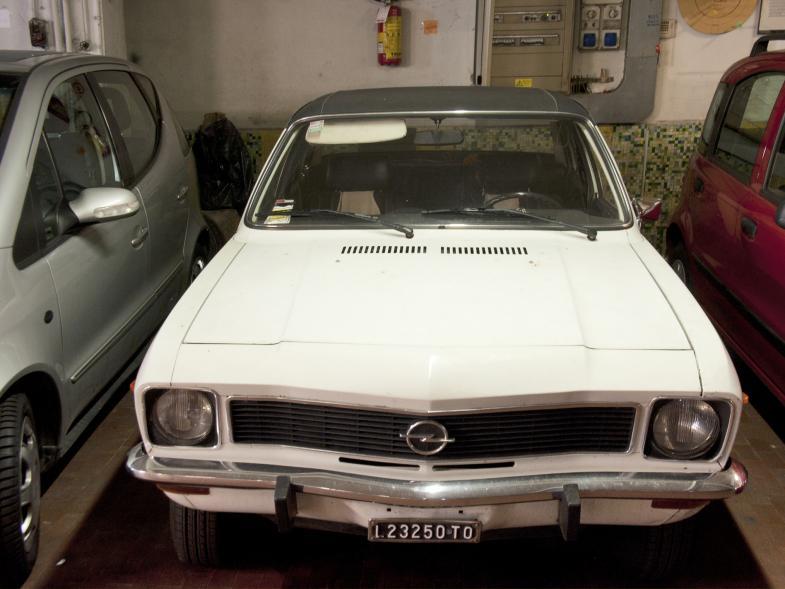 Ein sehr alter Opel in einer Turiner Garage