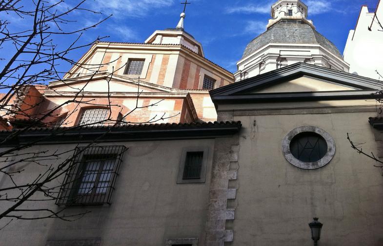 Eine Kirche hinter hohen und dicken Mauern