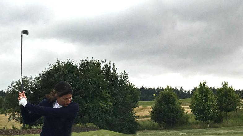Frau beim Golf