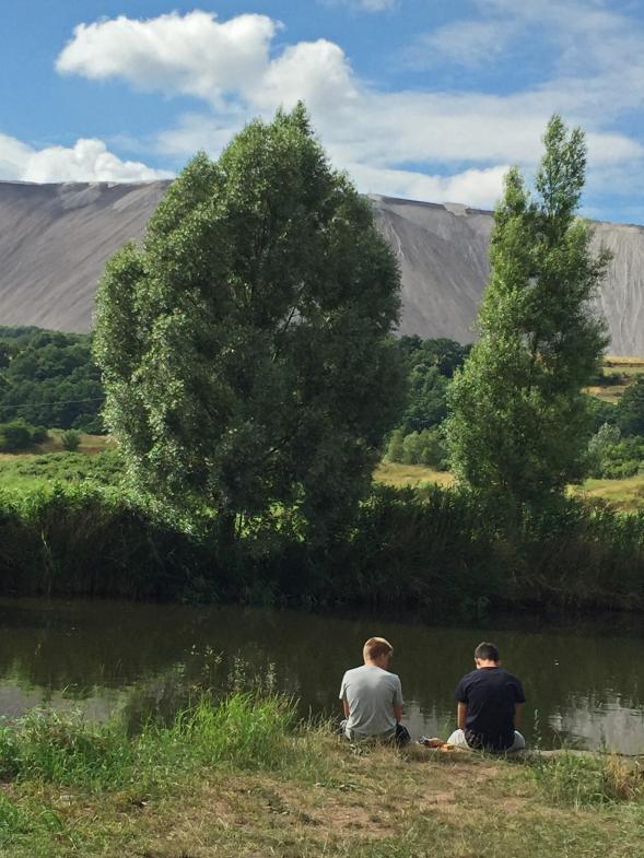 Jungs sitzen am Fluss