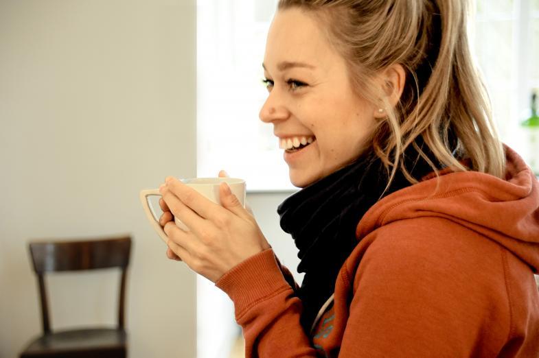 Frau beim Kaffeeetrinken