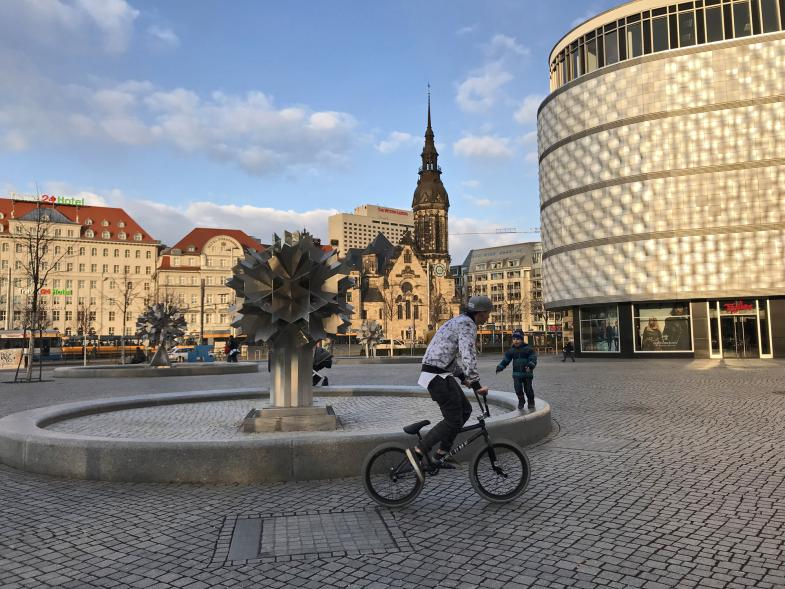 Platz in Leipzig mit Fahrradfahrer