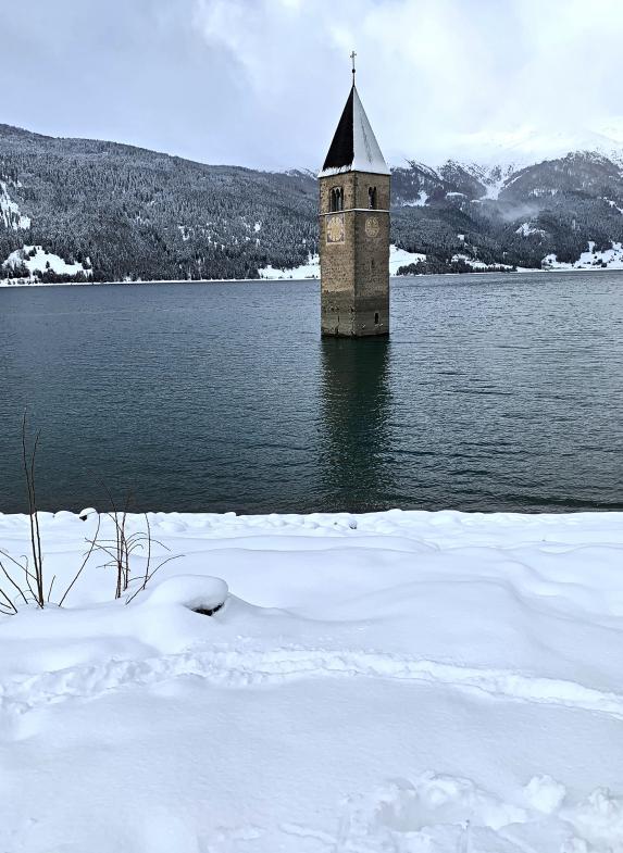 Der Turm steht im Wasser