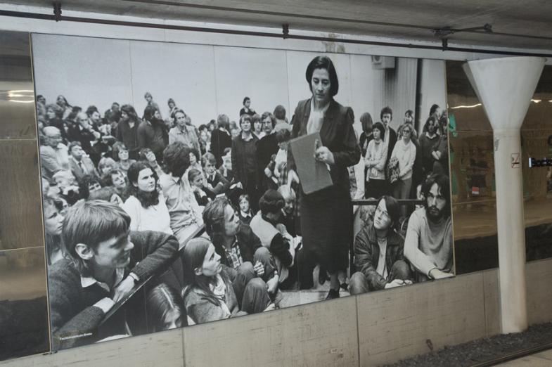 Bild von Christa Wolf in der U-Bahn Bockenheimer Warte