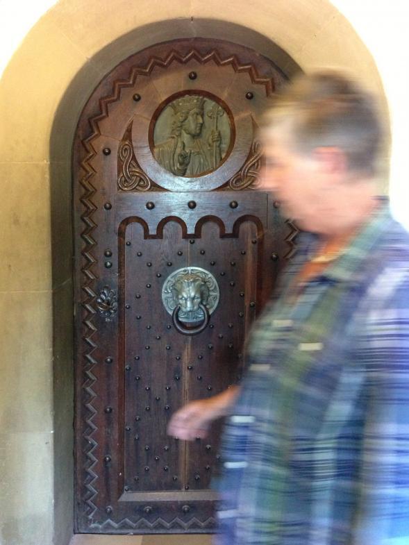 reich verzierte Holztür auf der Wartburg